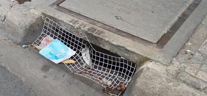 CLIP: Kinh hãi rác chết người dưới lòng cống ở TP HCM - Ảnh 5.