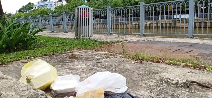 CLIP: Kinh hãi rác chết người dưới lòng cống ở TP HCM - Ảnh 3.