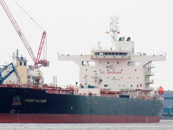 Hàng loạt tàu chở dầu bị tấn công ở Vịnh Oman - Ảnh 1.