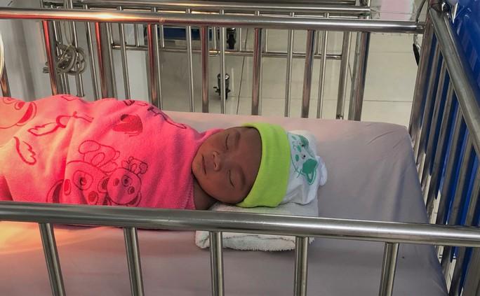 Bác sĩ, điều dưỡng thay phiên chăm sóc bé gái sơ sinh bụ bẫm bị bỏ rơi - Ảnh 2.