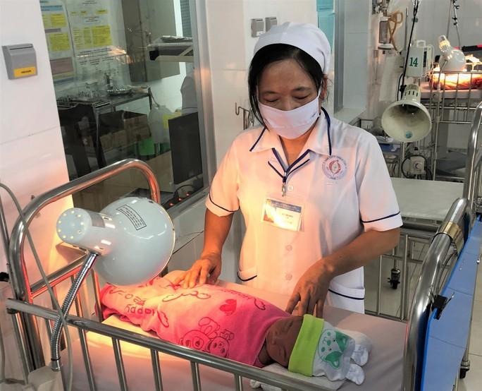 Bác sĩ, điều dưỡng thay phiên chăm sóc bé gái sơ sinh bụ bẫm bị bỏ rơi - Ảnh 1.