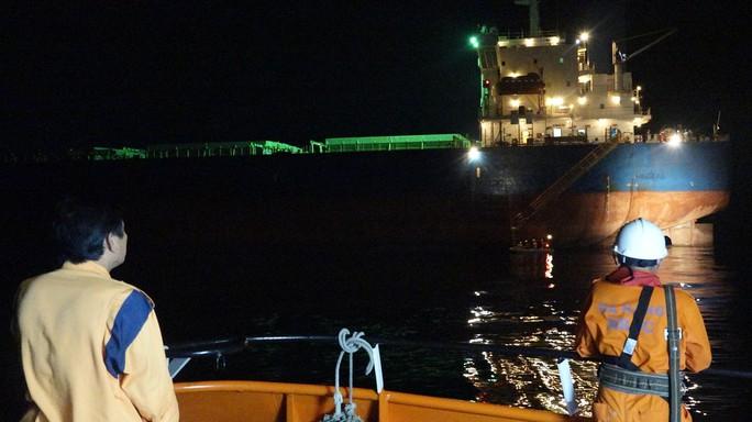 Cứu thuyền viên Philippines gặp nạn trên vùng biển Đà Nẵng - Ảnh 2.