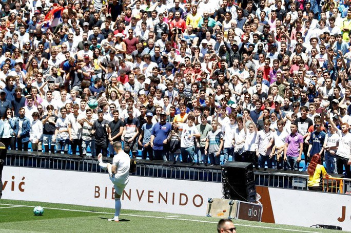 4.500 CĐV Real Madird phát sốt với lễ ra mắt Luka Jovic - Ảnh 5.
