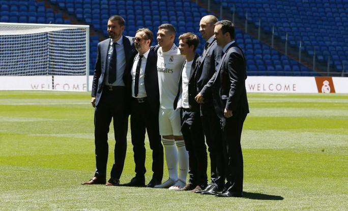 4.500 CĐV Real Madird phát sốt với lễ ra mắt Luka Jovic - Ảnh 6.