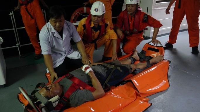 Cứu thuyền viên Philippines gặp nạn trên vùng biển Đà Nẵng - Ảnh 3.