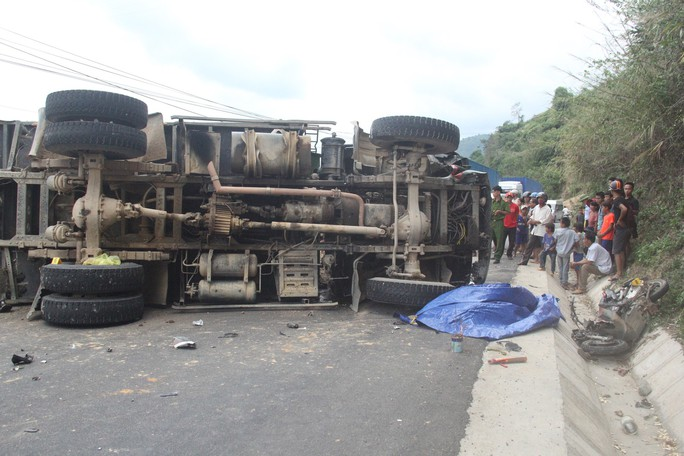 Xe máy đối đầu xe tải, 1 người tử vong, tắc đường kinh hoàng trên Quốc lộ 9 - Ảnh 2.