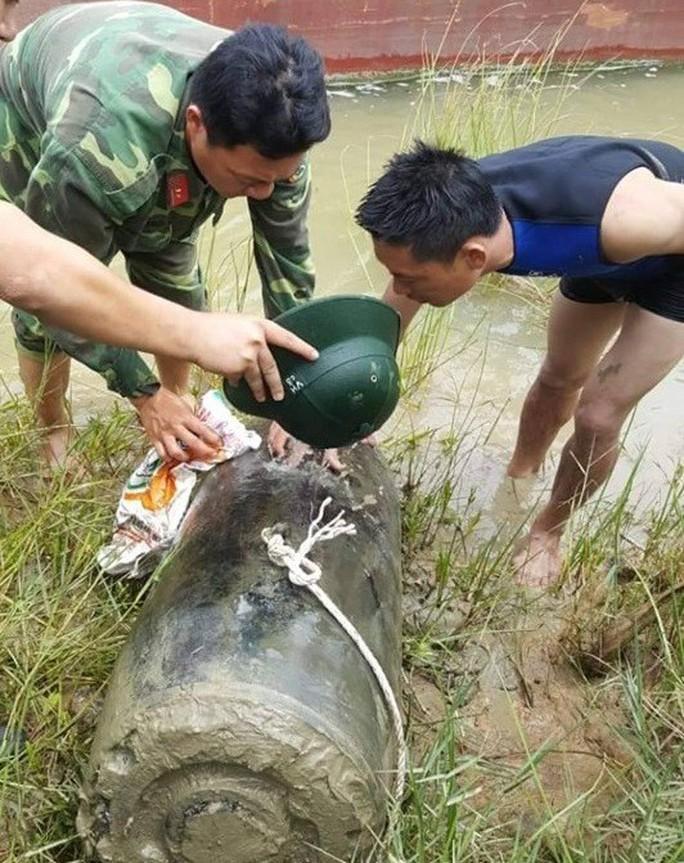"""Đánh cá trên sông Lam, lưới ngư dân vướng bom """"khủng"""" dài 1,2 m - Ảnh 1."""