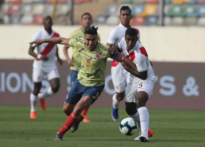 Messi không dễ thắng Falcao - Ảnh 1.