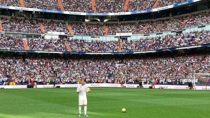 Bom tấn Hazard chào sân, 50.000 CĐV Real Madrid lên cơn sốt  - Ảnh 6.