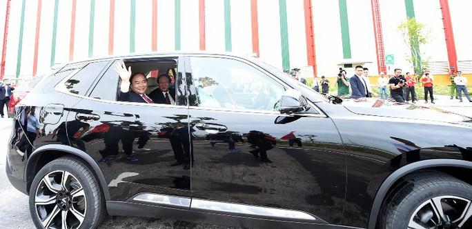 Thủ tướng đi thử ôtô VinFast - Ảnh 1.