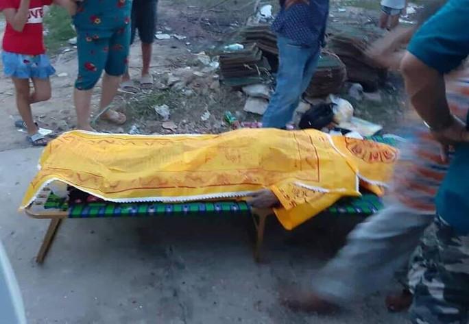 Chìm tàu cá chở khách ra Điệp Sơn, 3 người thiệt mạng - Ảnh 2.
