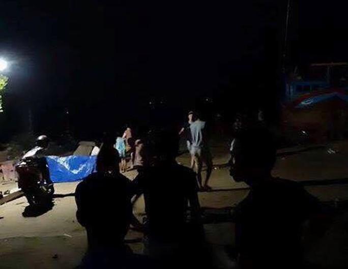 Chìm tàu cá chở khách ra Điệp Sơn, 3 người thiệt mạng - Ảnh 1.