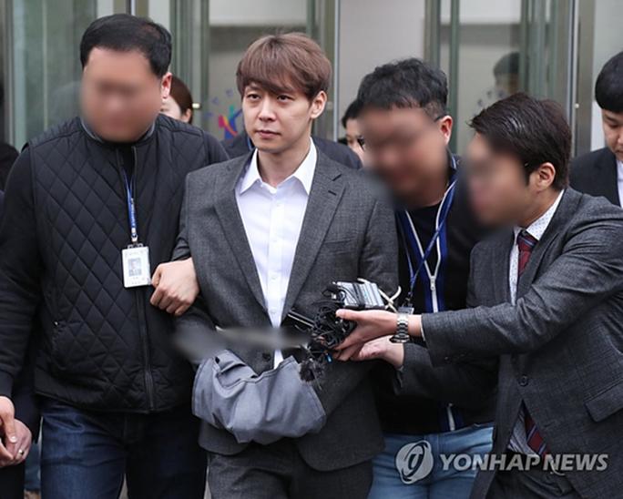 """""""Hoàng tử gác mái"""" Park Yoo Chun khóc nức nở tại tòa - Ảnh 3."""