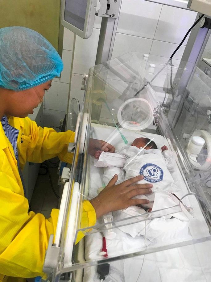 Trào nước mắt khoảnh khắc người mẹ ung thư vú lần đầu ôm con vào lòng - Ảnh 5.