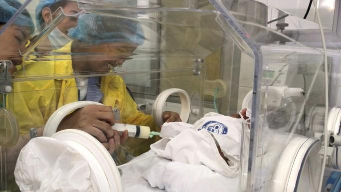 Trào nước mắt khoảnh khắc người mẹ ung thư vú lần đầu ôm con vào lòng - Ảnh 6.