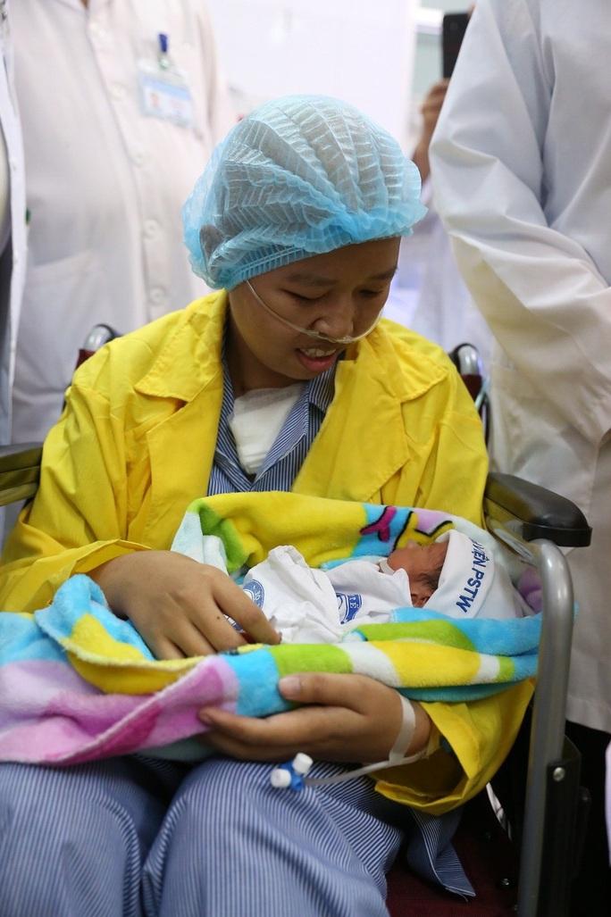 Trào nước mắt khoảnh khắc người mẹ ung thư vú lần đầu ôm con vào lòng - Ảnh 8.