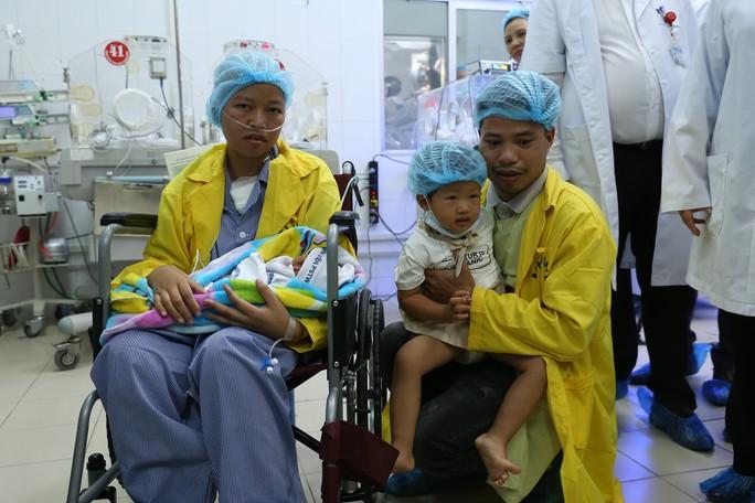 Trào nước mắt khoảnh khắc người mẹ ung thư vú lần đầu ôm con vào lòng - Ảnh 7.