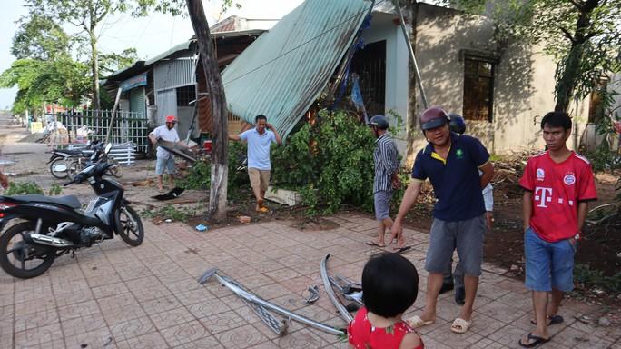Xe Mercedes lao vào nhà dân, 1 người chết, 2 người bị thương - Ảnh 4.