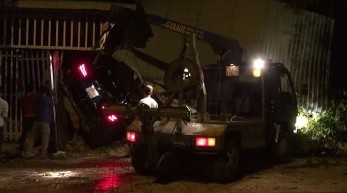 Xe Mercedes lao vào nhà dân, 1 người chết, 2 người bị thương - Ảnh 2.
