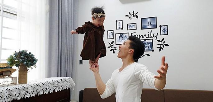 Bị chỉ trích, Quốc Nghiệp vẫn thích trò mạo hiểm với con nhỏ - Ảnh 1.