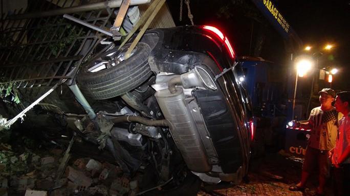 Xe Mercedes lao vào nhà dân, 1 người chết, 2 người bị thương - Ảnh 1.
