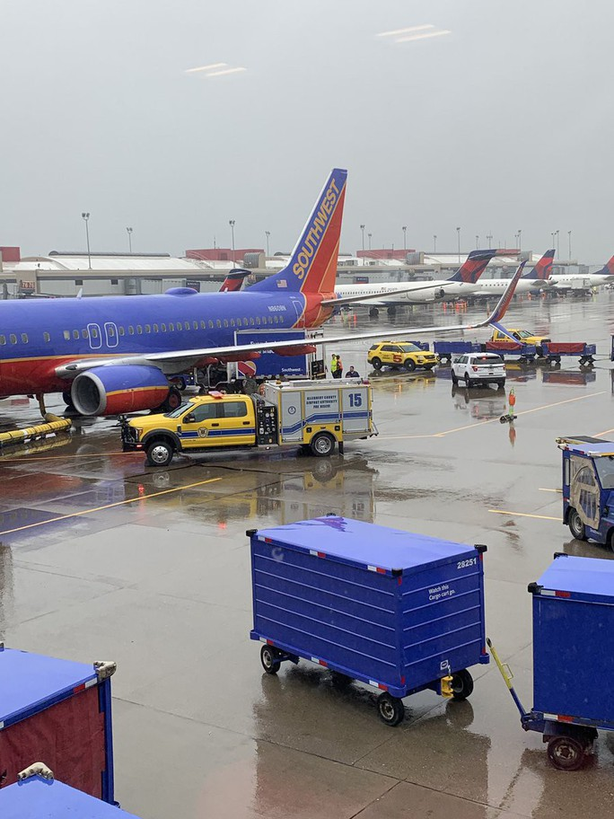 Máy bay gặp nhiễu động, tiếp viên bị hất ngược lên trần - Ảnh 3.