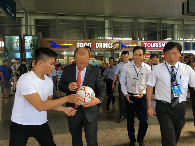 HLV Park Hang-seo gây sốt ở Đà Nẵng và Quảng Ngãi - Ảnh 2.