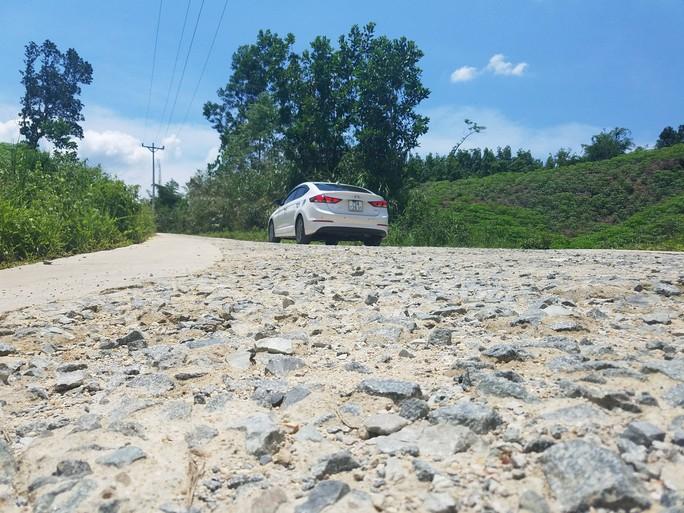 Cận cảnh con đường hư hỏng bất thường - Ảnh 3.