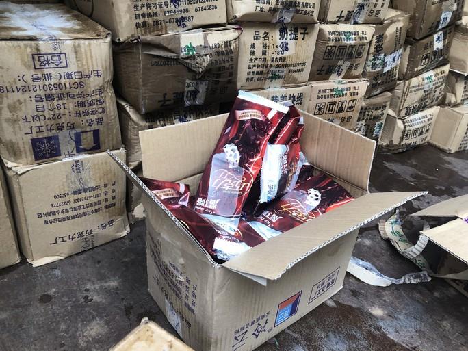 Bắt giữ 8.000 que kem Trung Quốc nhập lậu - Ảnh 2.