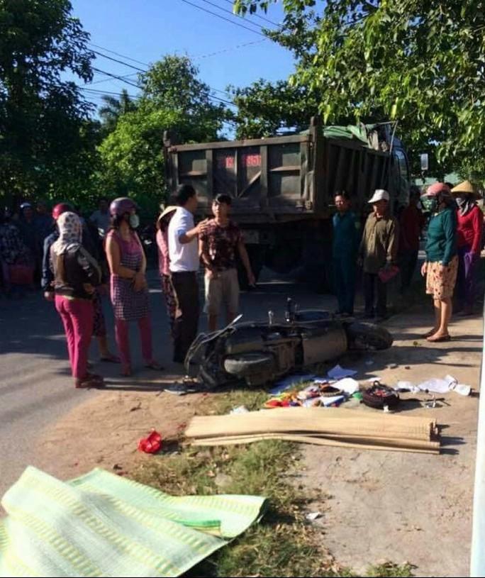 Chở 2 con nhỏ đi học bị xe ben tông, 3 mẹ con thương vong - Ảnh 1.