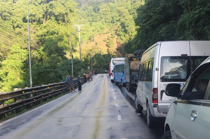 Mưa lớn sạt lở đèo Bảo Lộc, Quốc lộ 20 tê liệt nhiều giờ - Ảnh 5.