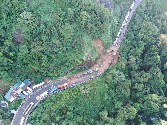 Mưa lớn sạt lở đèo Bảo Lộc, Quốc lộ 20 tê liệt nhiều giờ - Ảnh 1.