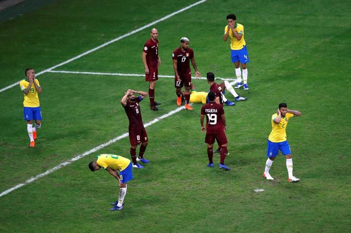 VAR hai phen can thiệp sốc, Brazil bất lực 100 phút trước Venezuela - Ảnh 8.