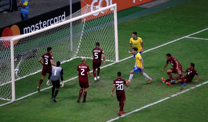 VAR hai phen can thiệp sốc, Brazil bất lực 100 phút trước Venezuela - Ảnh 6.