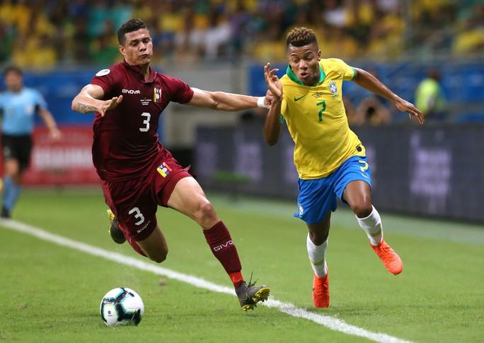 VAR hai phen can thiệp sốc, Brazil bất lực 100 phút trước Venezuela - Ảnh 1.