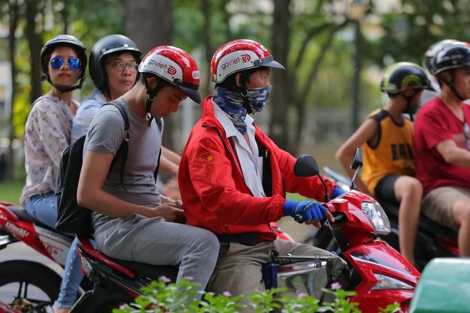 Tăng tuổi nghỉ hưu: Người trẻ ra đường chạy xe ôm? - Ảnh 1.