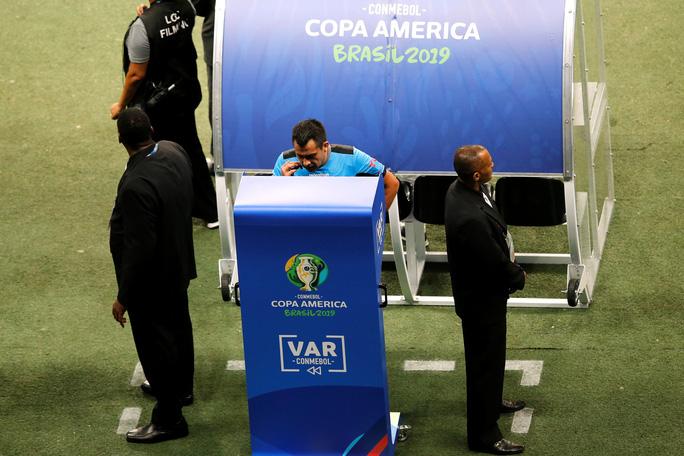 VAR hai phen can thiệp sốc, Brazil bất lực 100 phút trước Venezuela - Ảnh 4.