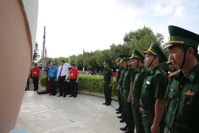 Sau Bạc Liêu, cờ Tổ quốc tiếp tục đến tay ngư dân vùng cực Nam Tổ quốc - Ảnh 3.
