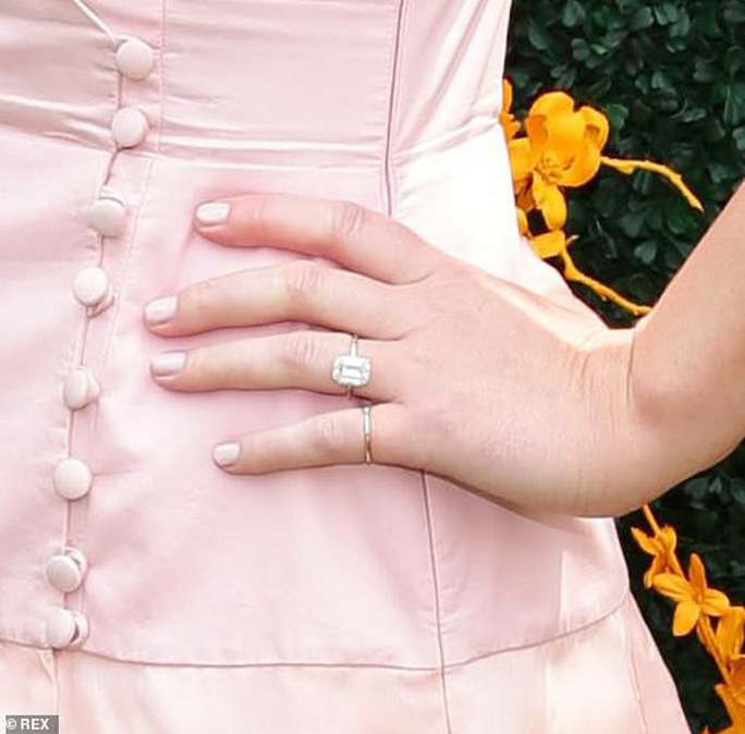 Jennifer Lawrence đẹp ngọt ngào khoe nhẫn đính hôn - Ảnh 6.