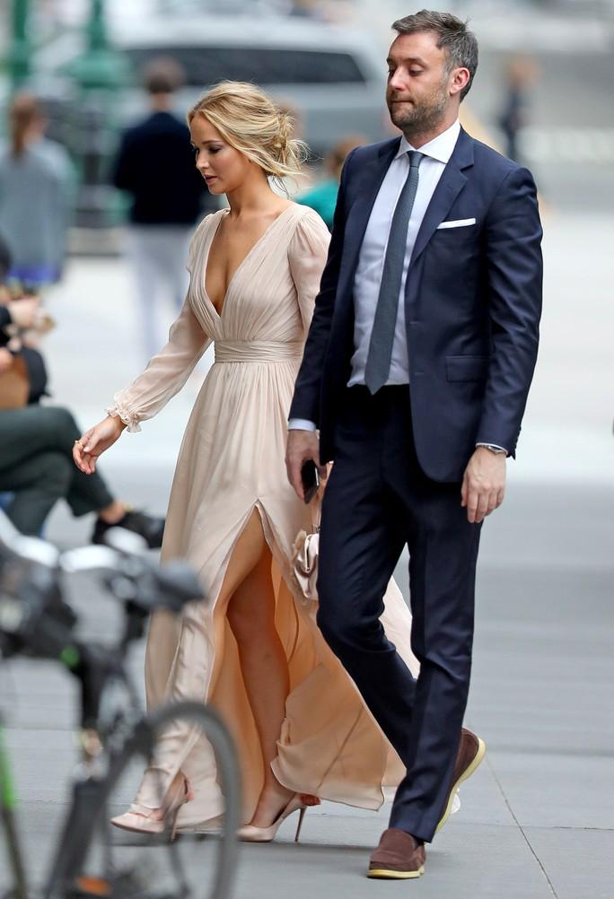 Jennifer Lawrence đẹp ngọt ngào khoe nhẫn đính hôn - Ảnh 9.