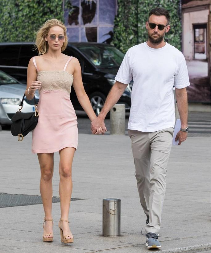 Jennifer Lawrence đẹp ngọt ngào khoe nhẫn đính hôn - Ảnh 8.