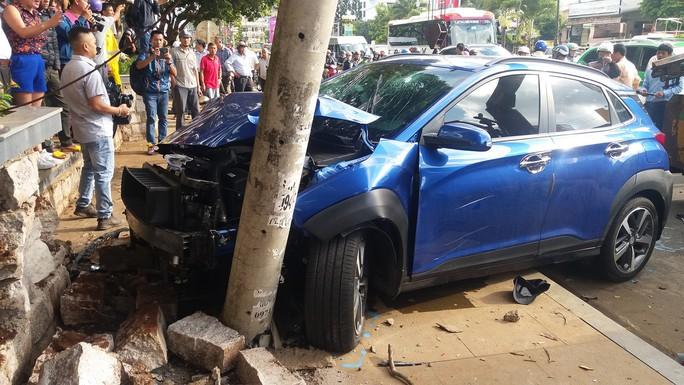 Xe điên tông liên hoàn nhiều xe đang dừng đèn đỏ - Ảnh 2.