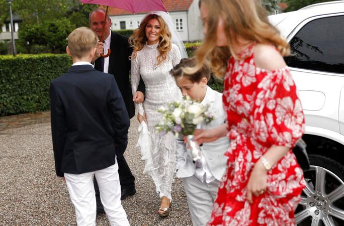 Huyền thoại sống Peter Schmeichel cưới cựu người mẫu Playboy - Ảnh 5.