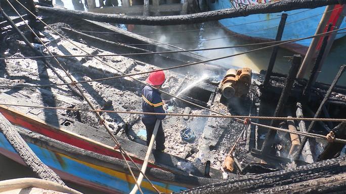 Tàu cá ngùn ngụt bốc cháy trong đêm, thiệt hại 2 tỉ đồng - Ảnh 1.