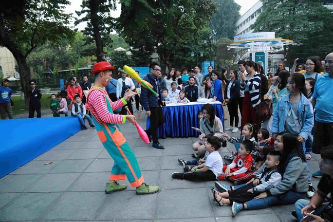 Nhiều trò chơi cho bé và gia đình tại phố đi bộ Hồ Gươm cuối tuần - Ảnh 1.