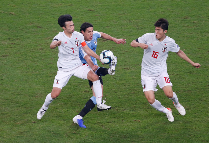 Uruguay ngược dòng, Nhật Bản chia điểm tiếc nuối - Ảnh 1.