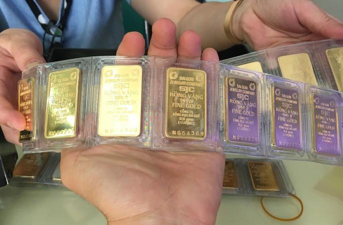 Giá vàng SJC bật tăng mạnh, USD tiếp tục ở mức thấp - Ảnh 1.