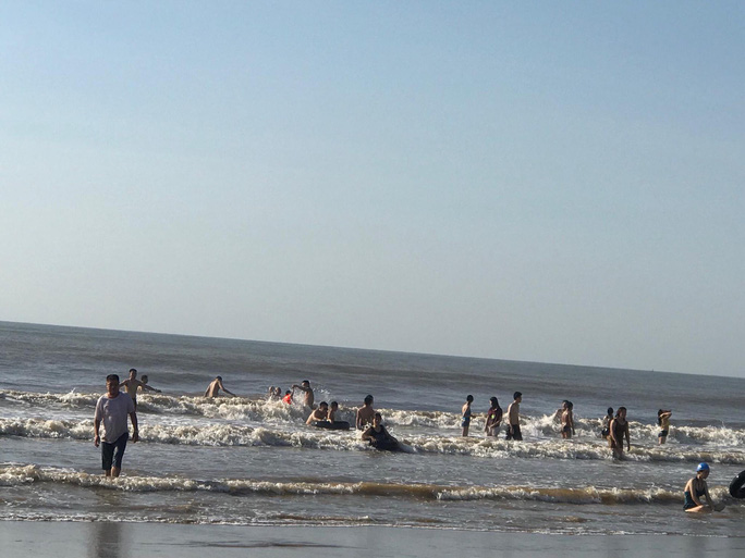 Hai du khách chết đuối và mất tích khi đi tắm biển ở Thanh Hóa - Ảnh 1.