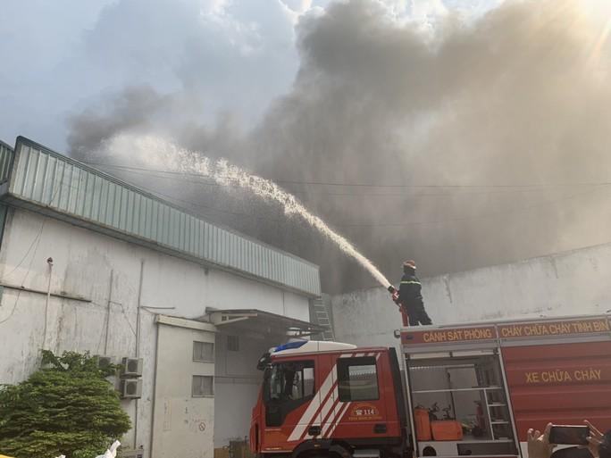 Bình Dương: Nổ tại KCN  Sóng Thần 2, cột khói bốc cao kèm mùi khó chịu - Ảnh 4.