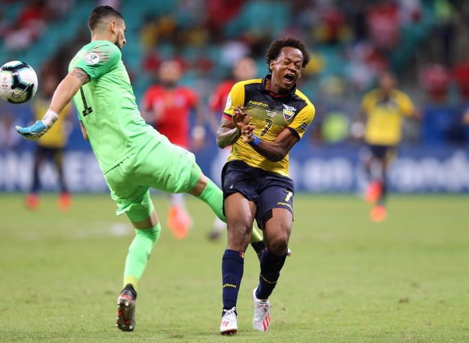 Sanchez lập siêu phẩm đưa Chile vào tứ kết Copa America - Ảnh 2.